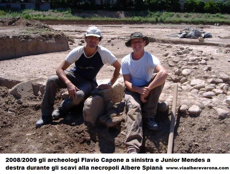 2008/2009 gli archeologi Flavio Capone a sinistra e Junior Mendes a destra durante gli scavi alla necropoli Albere Spianà www.viaalbereverona.com